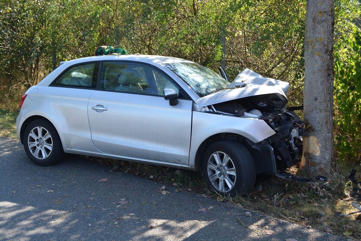 Das Fahrzeug war frontal mit einem Baum kollidiert.
