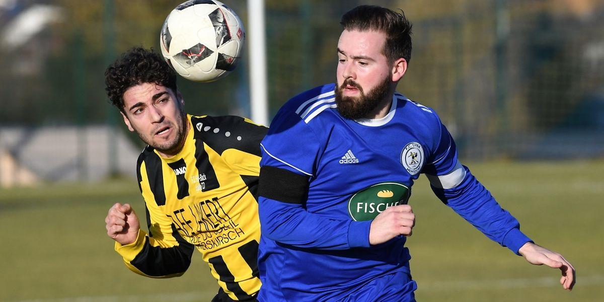 Jose Manuel Jimenez à la lutte avec Esteban Delaporte. Le Syra Mensdorf a dominé le FC Red Black Egalité 3-2.