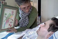 """ARCHIV - 25.07.2013, Frankreich, Reims: Das am 24. Juni 2014 zur Verfügung gestellte Foto zeigt Tetraplegiker Vincent Lambert (r) und seine Mutter (ohne Namen) im Krankenhaus. (zu dpa """"Medien: Behandlung von Wachkoma-Patient soll gestoppt werden"""") Foto: Photopqr/L'union De Reims/MAXPPP/epa/dpa +++ dpa-Bildfunk +++"""