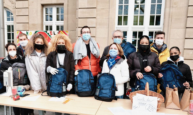Auch Familienministerin Corinne Cahen (5.v.r.) besuchte die Bescherung für die Obdachlosen.