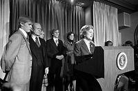 Einzigartig: Für den unterlegenen Präsidenten Gerald Ford (2.v.l.) spricht seine Frau Betty. Der Präsident hatte im Wahlkampf Stimmen gelassen, darunter auch seine eigene.