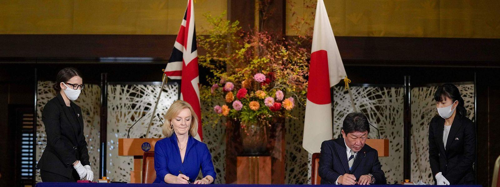 Japans Außenminister Toshimitsu Motegi und die britische Ministerin für internationalen Handel, Liz Truss, unterzeichneten am Freitag in Tokio ein bilaterales Handelsabkommen.