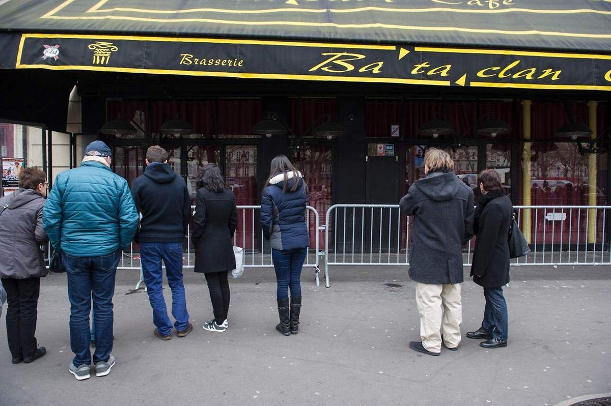 In Paris versammelten sich am Samstag spontan einige Menschen vor der Konzerthalle Bataclan.