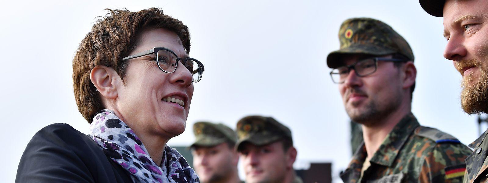 23.10.2019: Annegret Kramp-Karrenbauer (CDU), Bundesministerin der Verteidigung, begrüßt im Rahmen ihres Antrittsbesuches Soldaten in Erfurt.