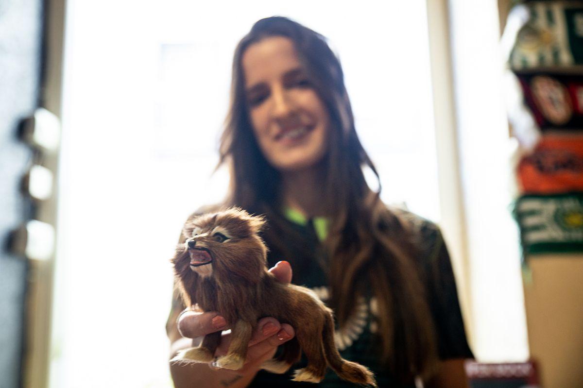 Juliana com o seu amuleto de criança.