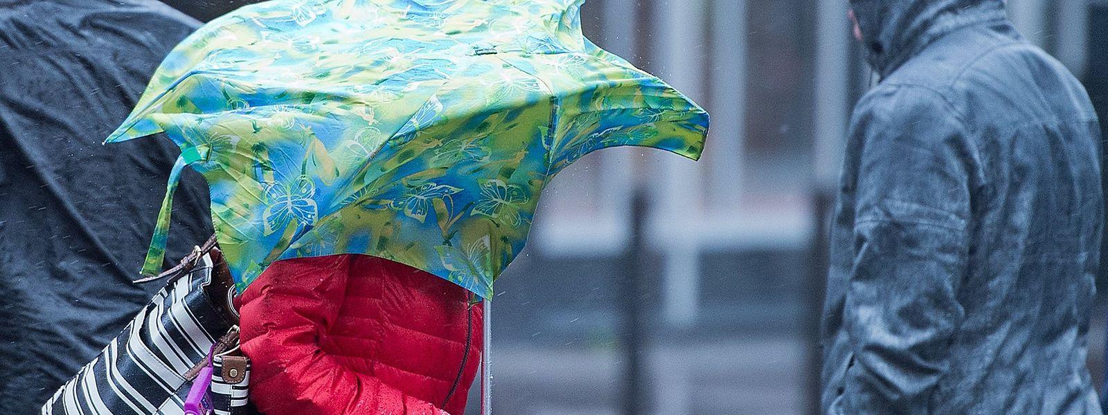 Am Dienstag ist unbeständiges Wetter angesagt - wer einen Regenschirm benutzt, sollte sich vor Windböen hüten.