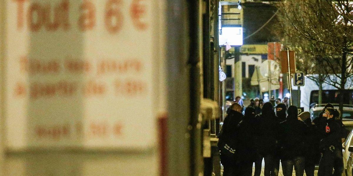 Die Polizei stellte bei der Hausdurchsuchung in Molenbeek zehn Mobiltelefone sicher.