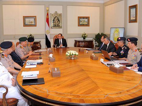 Der ägyptische Präsident Al-Sisi (Mitte) ließ einen Luftangriff auf libysches Territorium fliegen.