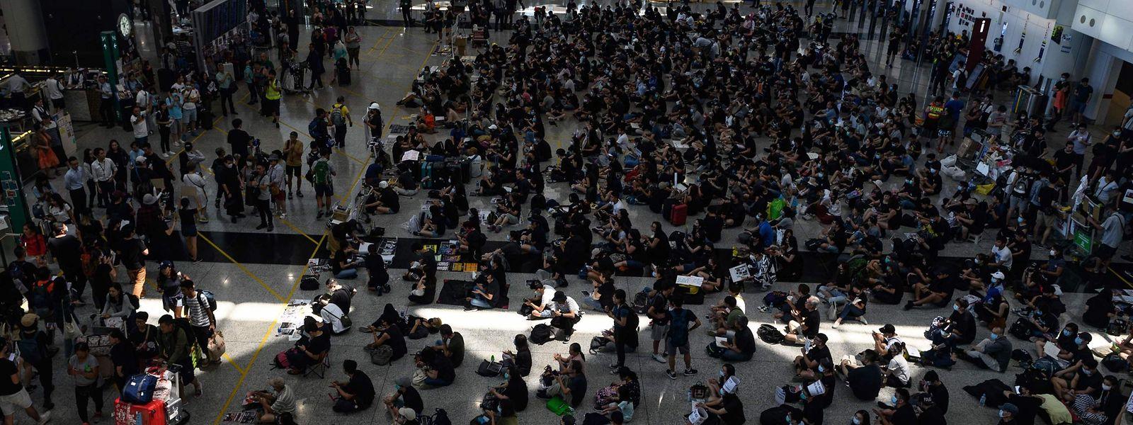 Des centaines de manifestants ont amené, lundi, à la fermeture de l'aéroport de Hong Kong. Le 8e aéoroport du monde en termes de passagers.