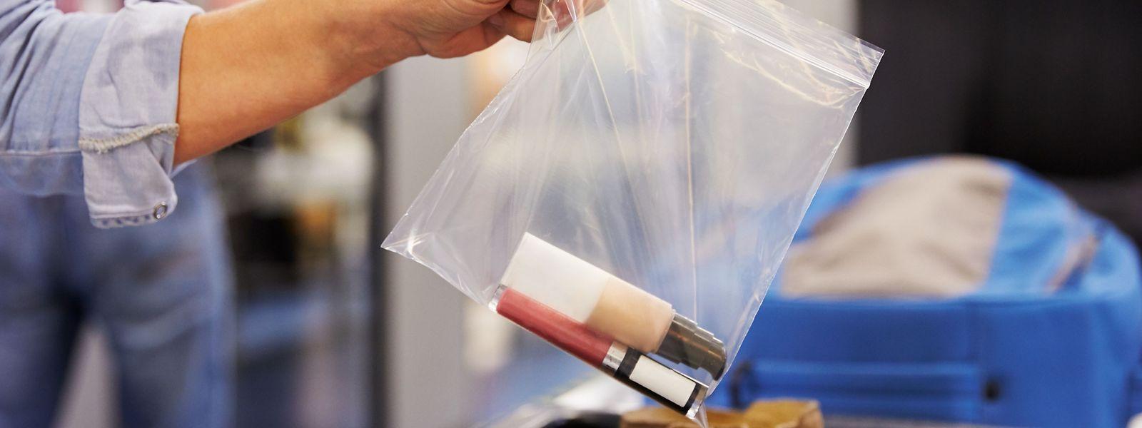 Nur Flüssigkeitsbehältnisse, die weniger als 100 Millimeter fassen, dürfen mit in den Abflugbereich genommen werden.