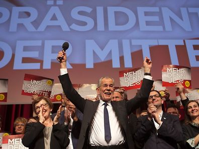 Austrian Presidential candidate Alexander Van der Bellen celebrates with supporters at a post-election event in Vienna on December 4, 2016.   Austrian far-right candidate Norbert Hofer on Sunday congratulated his opponent in presidential elections after projections indicated that he had lost.  / AFP PHOTO / Alex Halada