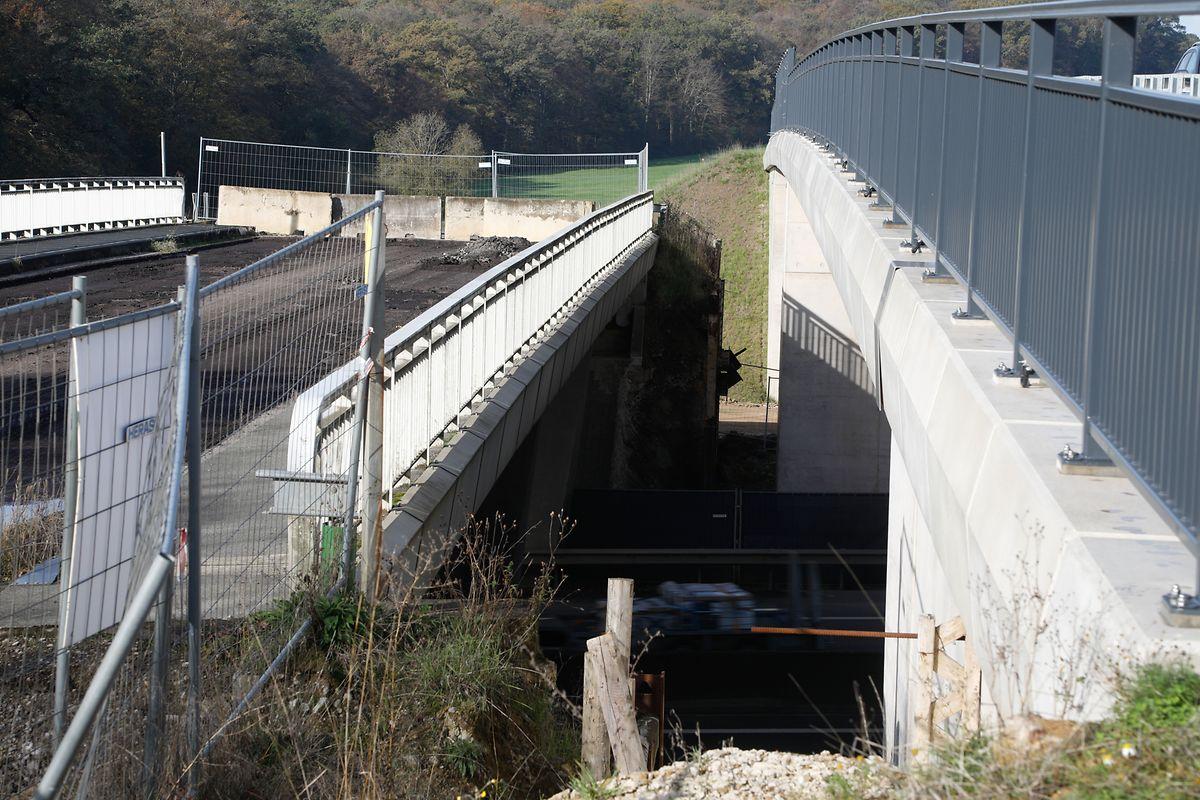L'ancien pont (à gauche) aura disparu du paysage à la réouverture de l'autoroute. Son remplaçant est déjà en fonction, avec une piste cyclable en plus.