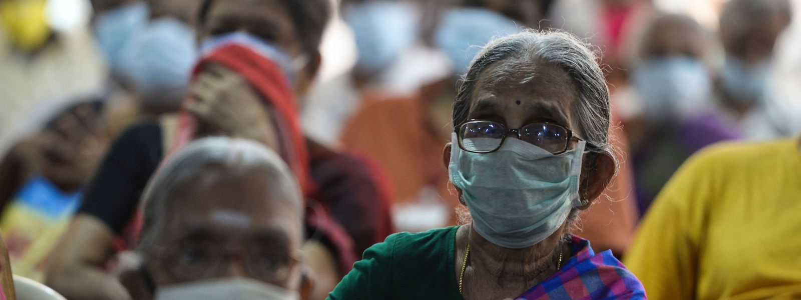 In einer Klinik in Chennai warten Menschen auf ihre Corona-Impfung.