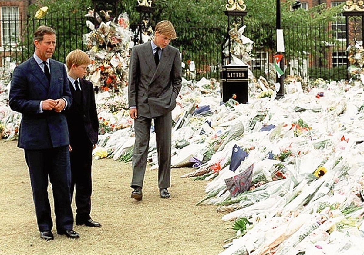 Vor 20 Jahren: Nach dem Tod ihrer Mutter wurden die beiden Prinzen bereits in den öffentliche Trauerprozess eingebunden und besichtigen hier das Blumenmeer um den Palast.