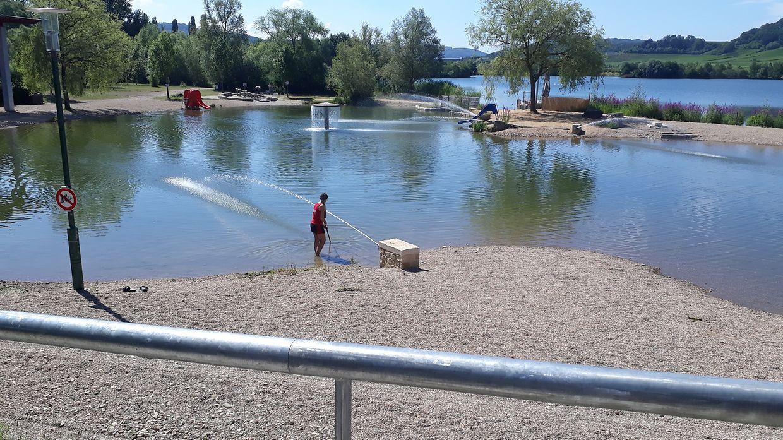 Um elemento da equipa de vigilantes limpa o lago das crianças.
