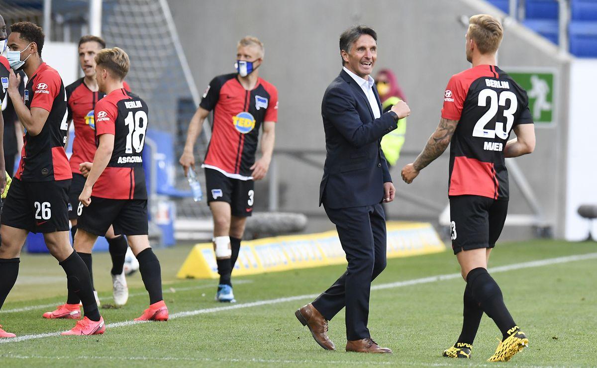 Hertha-Trainer Bruno Labbadia freut sich mit seinen Spielern.