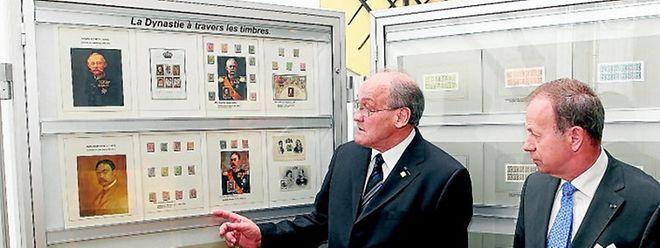 Seltene Briefmarken der luxemburgischen Dynastie: Laut Präsident Joseph Wolff (links, hier mit Hofmarschall Pierre Mores) wurden die interessantesten Sammlerstücke für die Ausstellung ausgewählt.