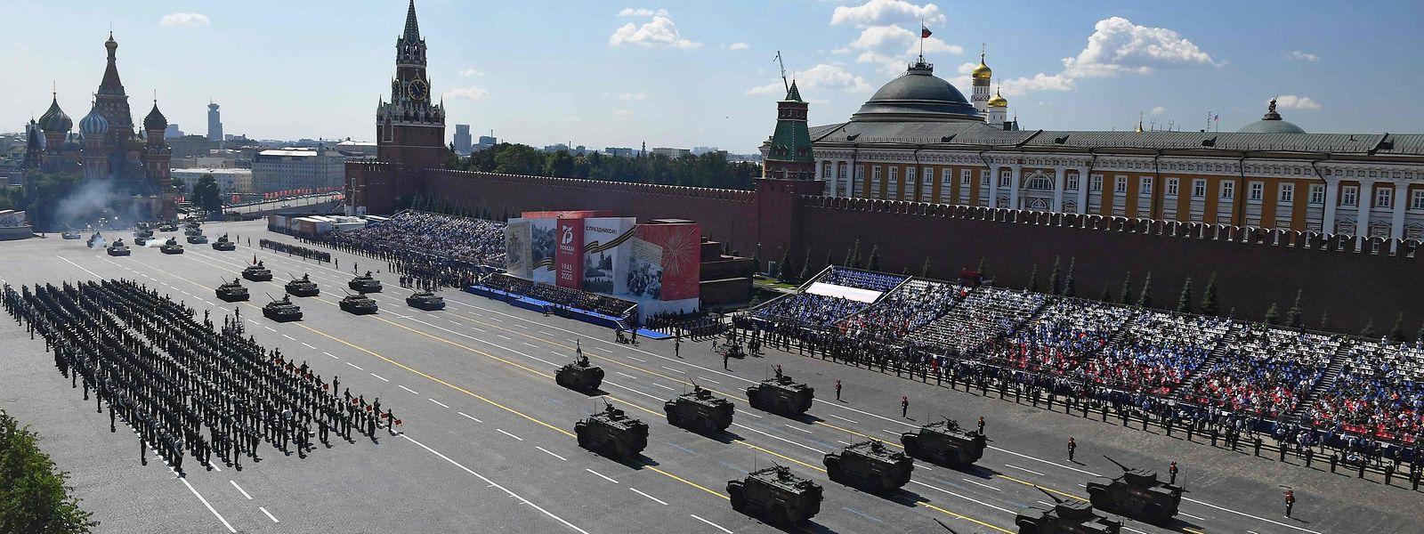 Putin nahm bei Sonnenschein die Parade mit Panzern, Raketen, einer Flugschau und mehr als 13.000 Soldaten ab - trotz der Corona-Pandemie.