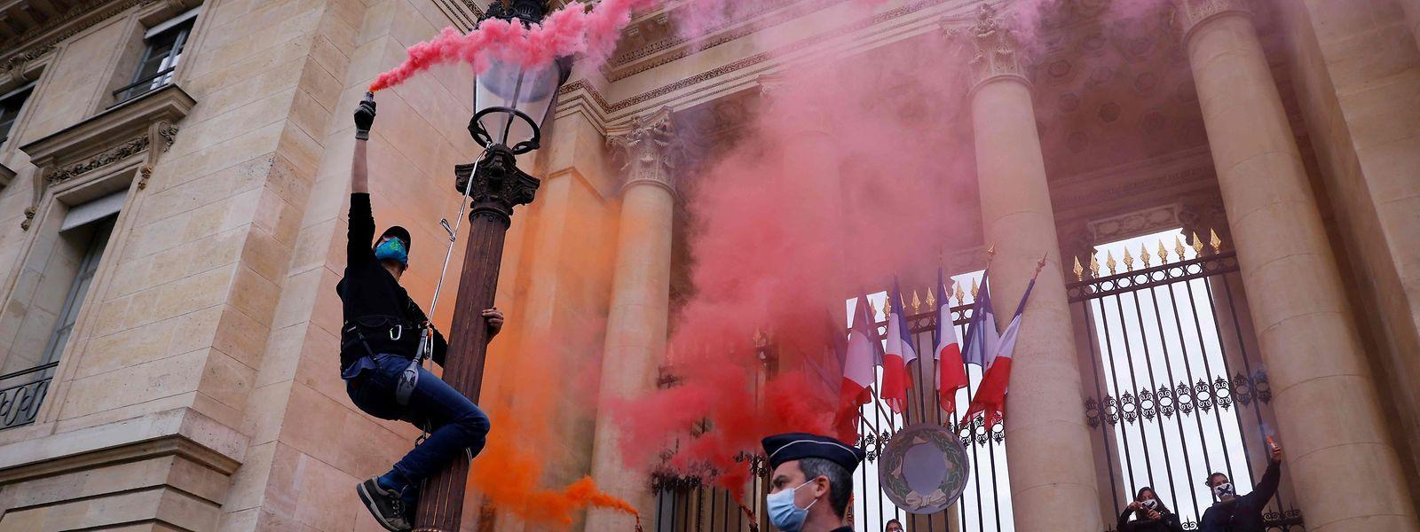 Protesto dos activistas pelo clima Extinction Rebellion (ER) em frente ao Parlamento francês, a 4 de maio deste ano.