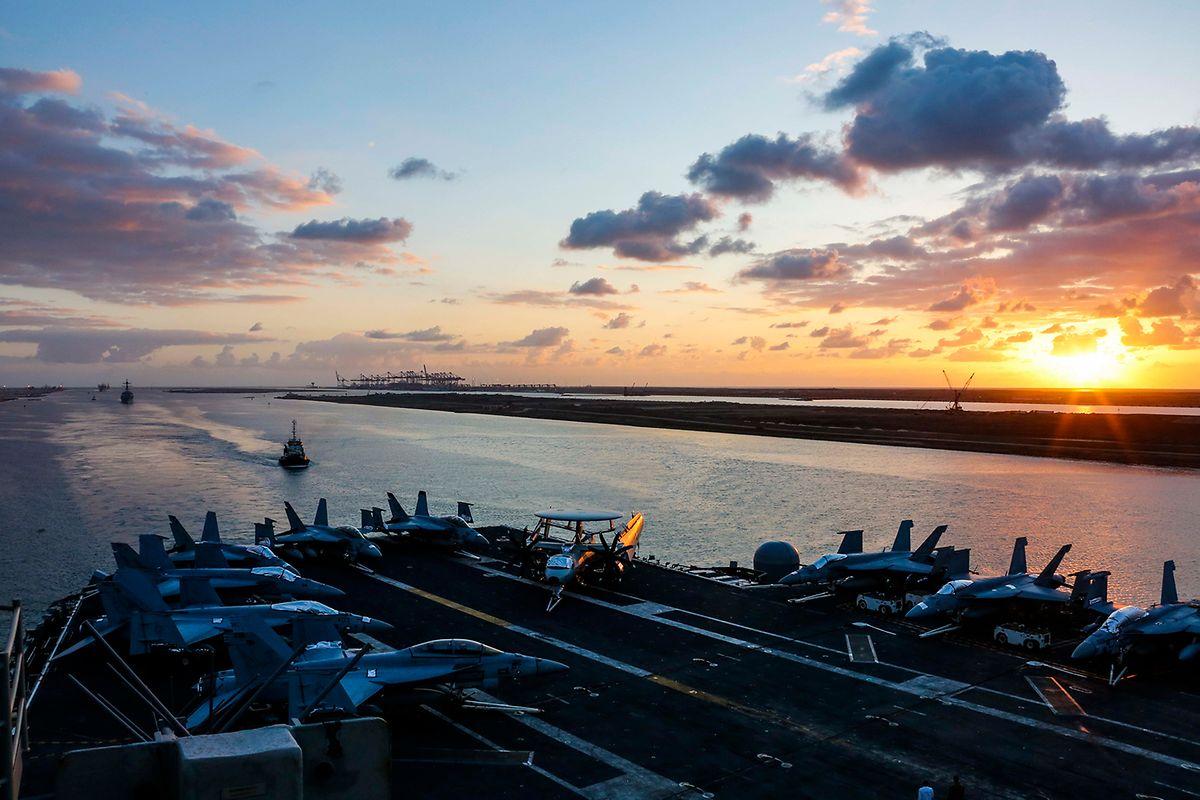 """Der Flugzeugträger """"USS Abraham Lincoln"""". hier bei der Durchquerung des Suez-Kanals, wurde vom Mittelmeer in den Nahen Osten verlegt."""