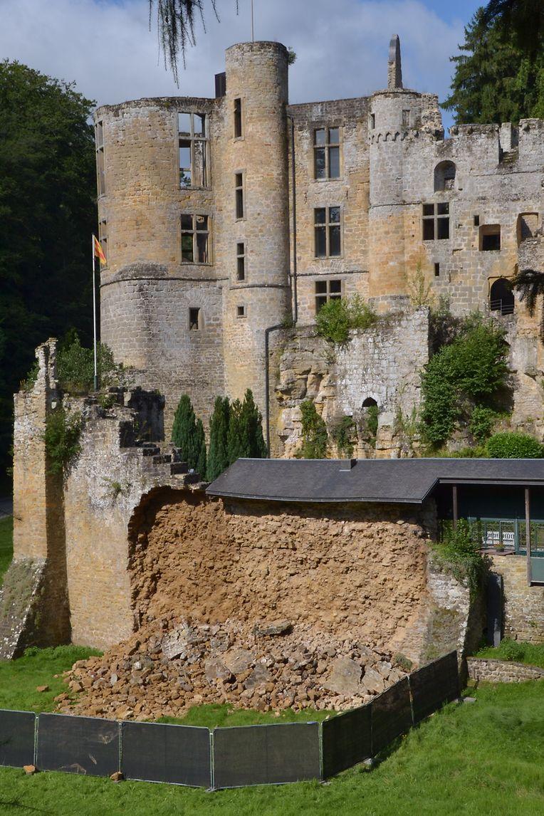 Die eingestürzte Mauer befindet sich im Eingangsbereich der Burgruine.