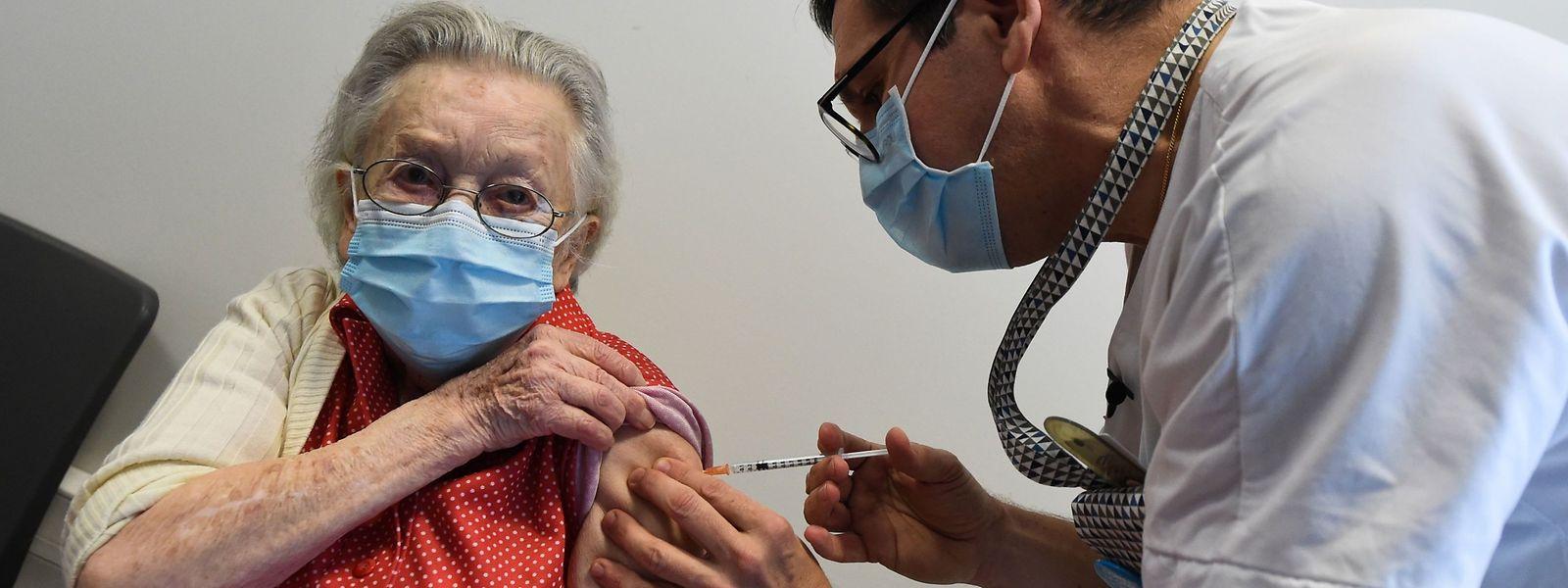 En France, la priorité est donnée aux personnes âgées, avant le personnel hospitalier.