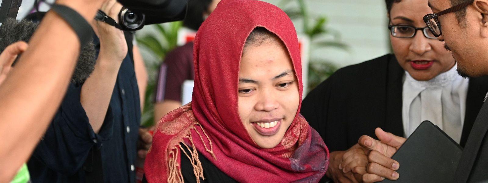 Siti Aisyah (M.) auf dem Weg aus dem Gericht. Mit einer EInstellung des Verfahrens habe sie nicht gerechnet.