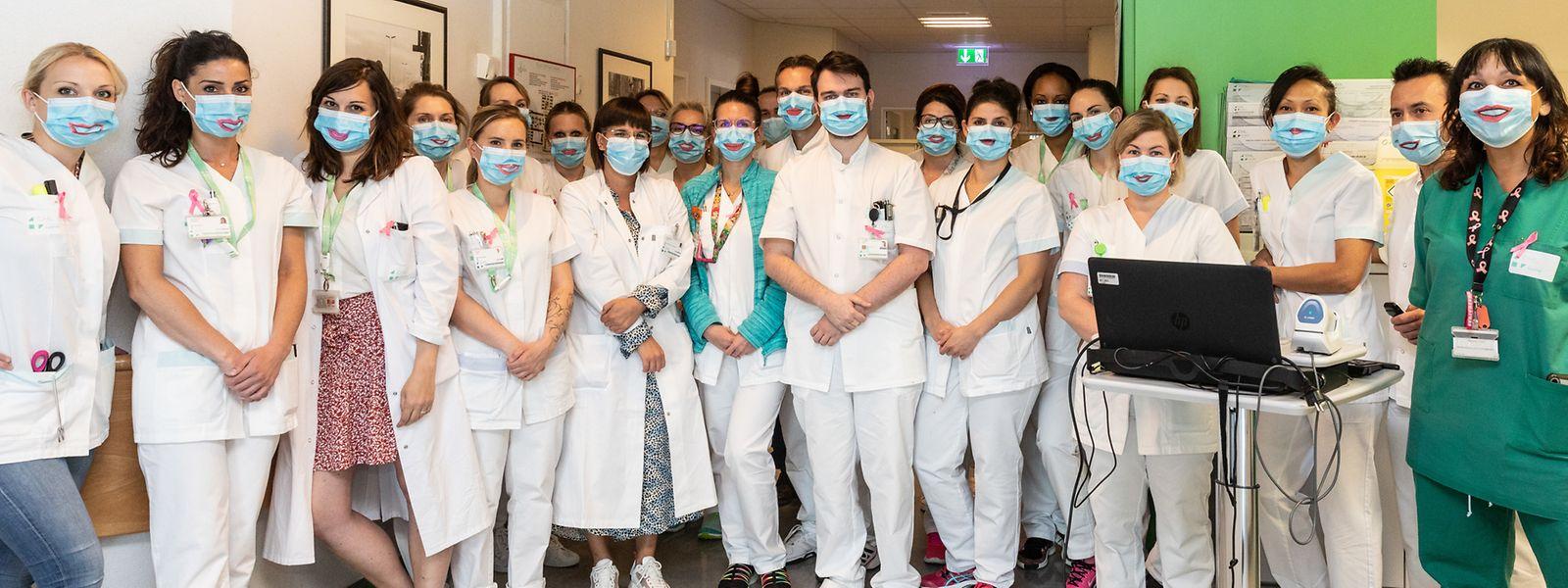 """Les personnels du service d'oncologie du CHL ont reçu un """"smiling mask"""" de la part de Laura da Silva (en vert)."""