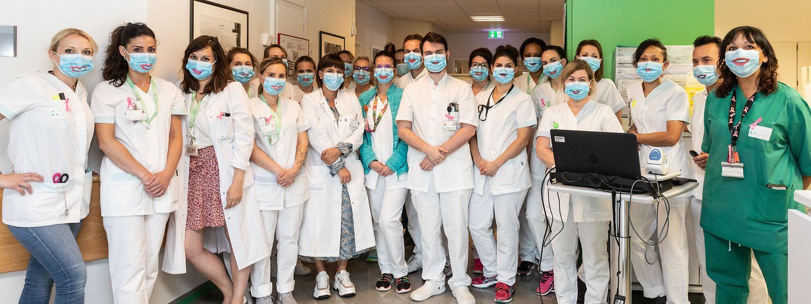 Die Pfleger der onkologischen Station des CHL haben von Laura da Silva (links in Grün) eine Maske mit einem Lächeln erhalten.