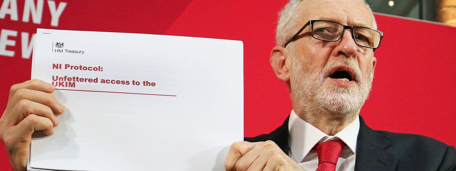 Jeremy Corbyn a dévoilé devant la presse «un rapport de 15 pages sur les mensonges que Boris Johnson essaie de propager».
