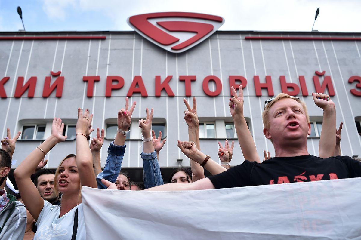 Auch am Freitag gingen die Streiks und Proteste wie hier im staatseigenen Traktorbetrieb weiter.