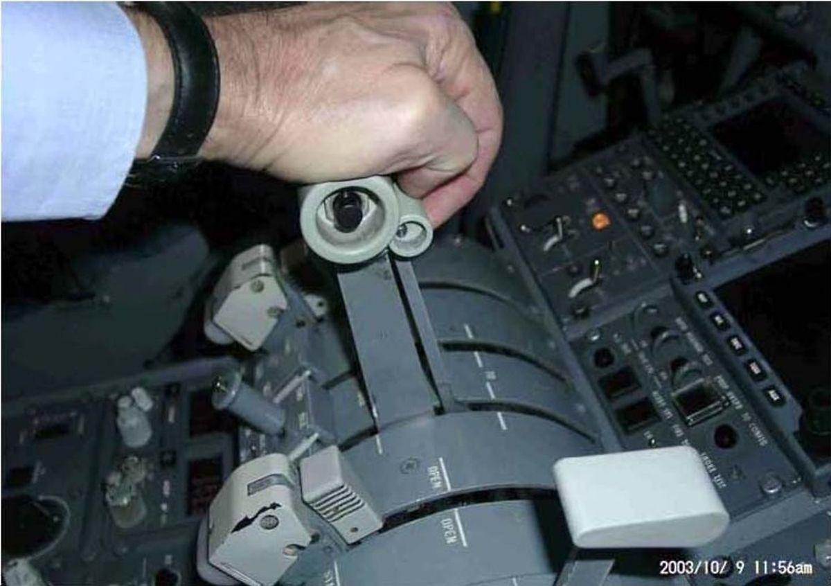 """Untersagter Handgriff: Der Pilot hatte vor dem Absturz am 6. November 2002 absichtlich oder unfreiwilig die """"Ground Selectors"""" (kleinere Griffe an den großen Schubhebeln) hochgehoben. In der Folge war der Schubhebel über den für die Flugphase gedachten Bereich des """"Flight Idle"""" hinaus gezogen worden."""