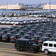 ARCHIV - 09.07.2018, China, Guangzhou: Neuwagen US-amerikanische Automarke Jeep (M), die zum Konzern Fiat Chrysler Automobiles gehört, sind auf einem Parkplatz in der Nansha-Handelszone am Hafen geparkt. Im Vordergrund (r) stehen zwei Neufahrzeuge von Mercedes Benz. China setzt die Sonderabgaben auf Importe von Autos und Autoteile aus den USA für drei Monate aus. (zu dpa «China setzt Sonderabgaben auf Autoimporte aus den USA aus») Foto: Wenjun Chen/dpa +++ dpa-Bildfunk +++