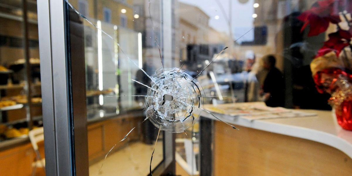 Eine Kugel flog durch das Fenster eines Ladens in Macerata.