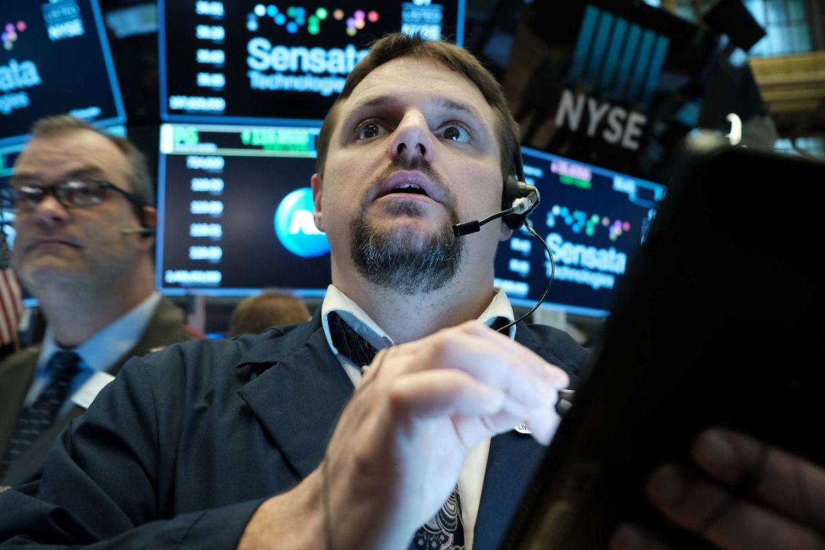 Börsenhändler an der New York Stock Exchange (NYSE) müssen mit starken Kursverlusten durch das Corona-Virus umgehen.