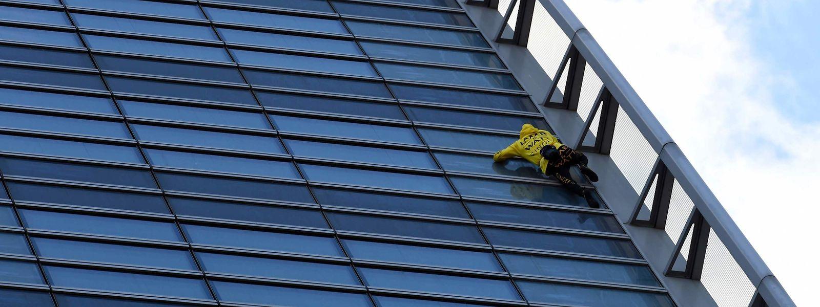 Alain Robert, ein französischer Kletterer, ist am Montag am Hochhaus der Energiegesellschaft Engie in Paris hochgeklettert.