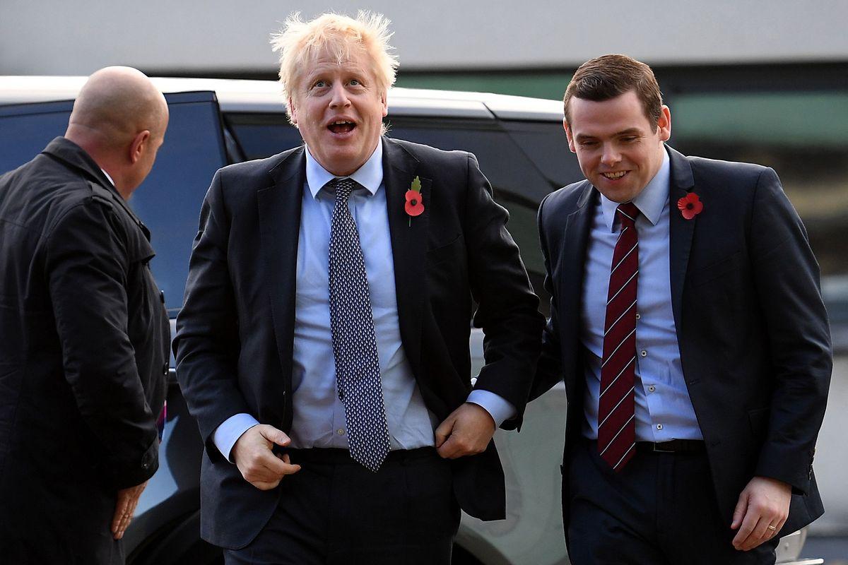 Archivfoto: Douglas Ross (rechts) mit Premierminister Boris Johnson am 7. November 2019.