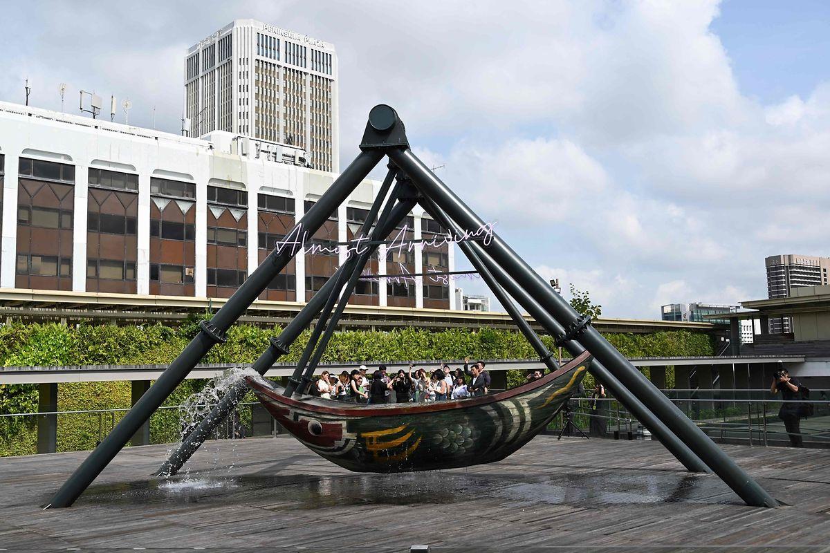 """Singapur. Wir sitzen doch alle im selben Boot scheint der chinesische Künstler Cao Fei Besuchern der Nationalgalerie mit seiner Installation """"Fu Cha"""" auf der Dachterrasse sagen zu wollen."""