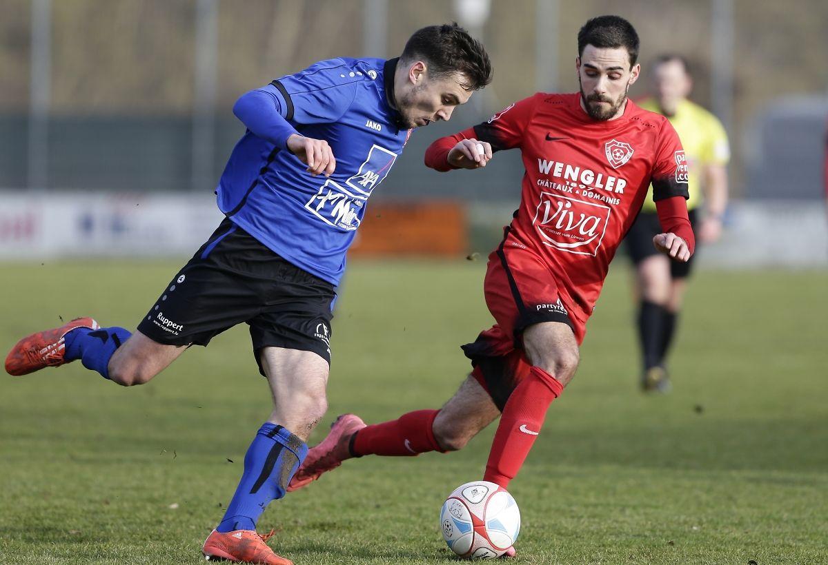 Alexis Dutot tente de déborder Florian Weirich. Mission accomplie au classement pour l'UNK face à Rosport.