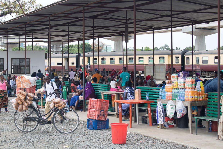 Vor der Abfahrt in Daressalam: Die Bahnreisenden in Tansania wappnen sich mit Toastbrot und vielen Getränken für die lange Reise.
