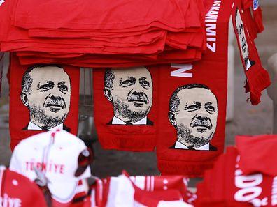 Des t-shirts et autres articles à l'effigie du président turc Recep Tayyip Erdogan, à Ankara.