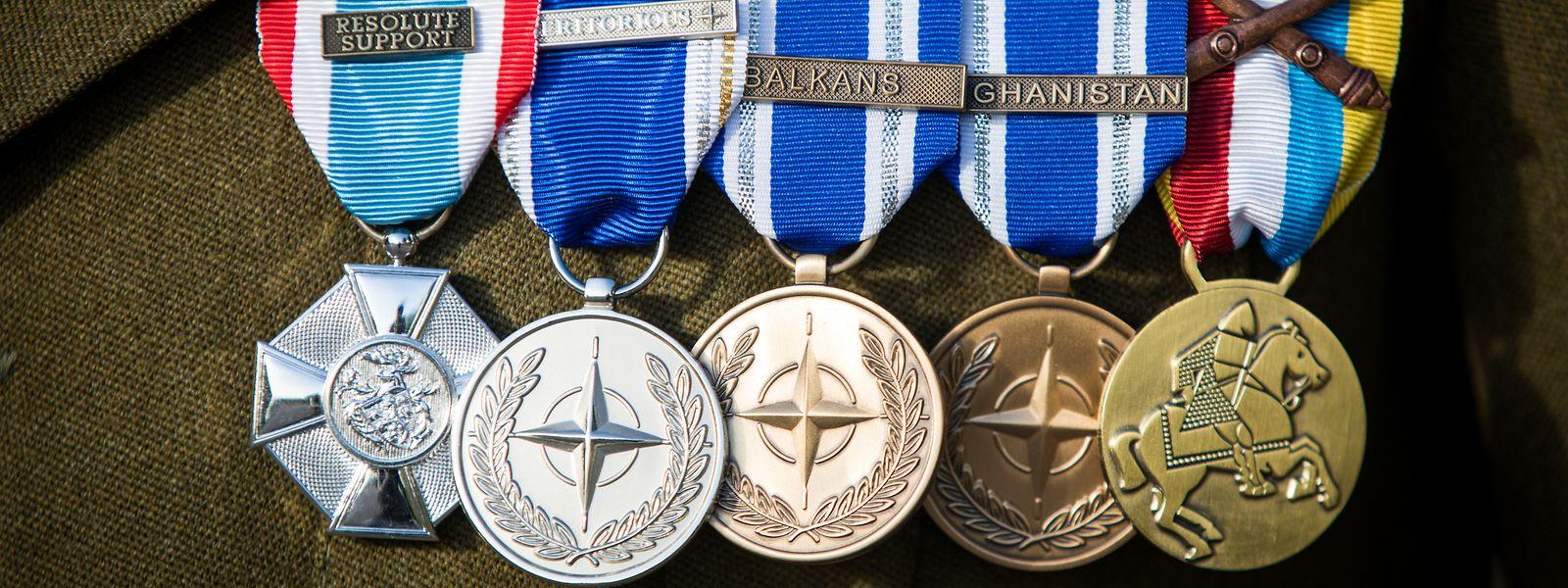 Die erste Medaille links ehrt Nemis Beteiligung an den Luxemburger Missionen im Kosovo und in Afghanistan, die zweite seinen verdienstvollen Einsatz für die NATO. Daneben die zwei NATO-Medaillen für die erwähnten Missionen sowie die Medaille der Marche de l'Armée.