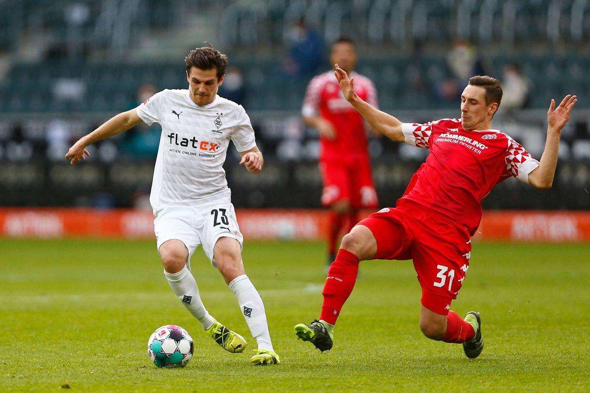 Mönchengladbachs Jonas Hofmann (l., hier gegen den Mainzer Dominik Kohr) will vom Trainerwechsel nichts mehr hören.