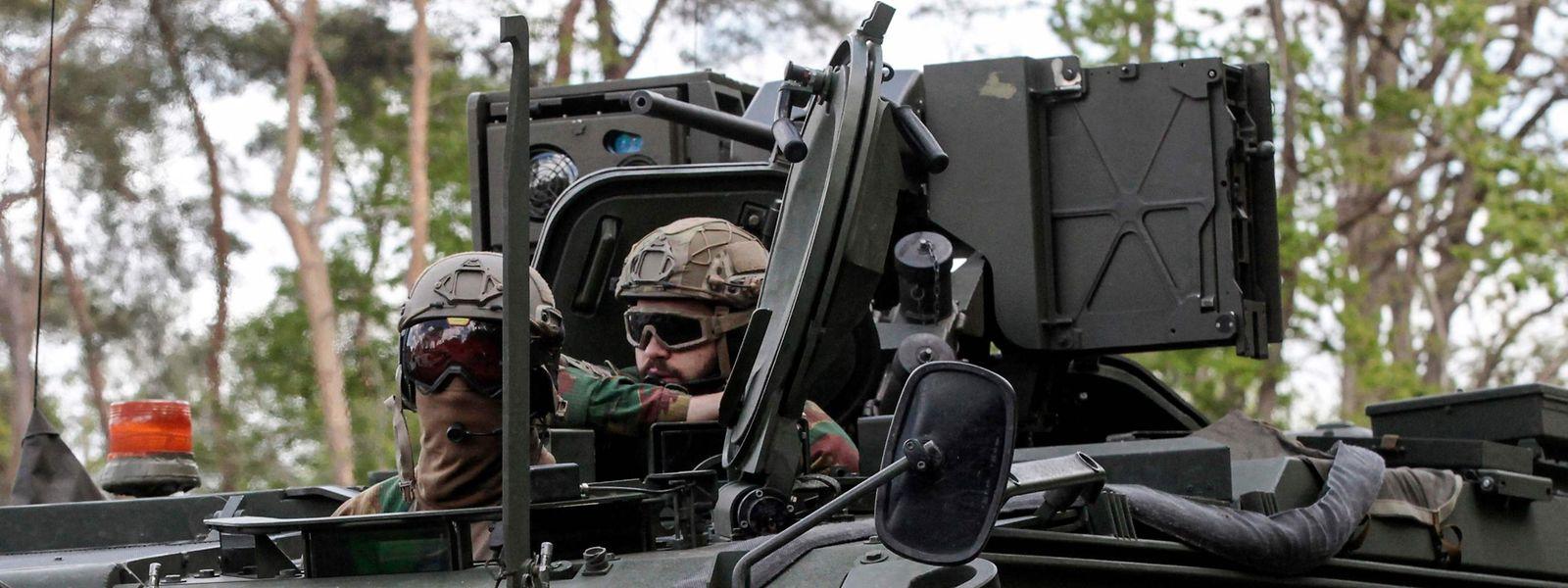 Das belgische Militär fährt auf der Suche nach dem abtrünnigen Kameraden schweres Geschütz auf.