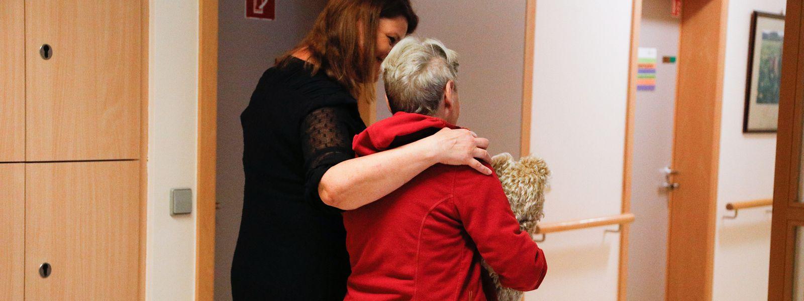 Das Corona-Virus kann für ältere Menschen sehr gefährlich werden. Im Pflegesektor gelten deshalb noch strengere Maßnahmen.
