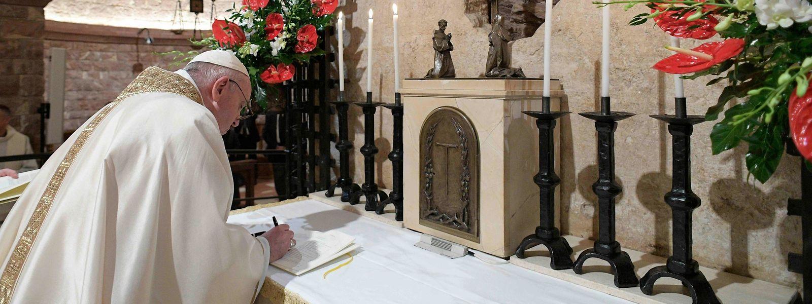 """Am Grab des heiligen Franz von Assisi hat Papst Franziskus am Samstag seine neue Enzyklika """"Fratelli tutti"""" unterzeichnet. Sie wurde gestern in Rom der Weltöffentlichkeit vorgestellt."""