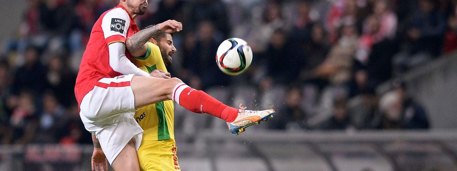 André Pinto (E) do Sporting de Braga disputa a bola com Helder Lopes do Paços de Ferreira