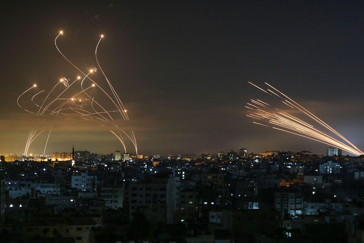 """Das israelische Abfangsystem Eisenkuppel (""""Iron Dome"""") fängt Raketen der Hamas ab."""