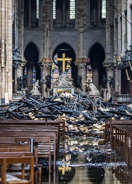 Am Dienstag wurden erste Bilder aus dem inneren der Kathedrale veröffentlicht. Auf dem Boden sieht man noch Löschwasserpfützen.