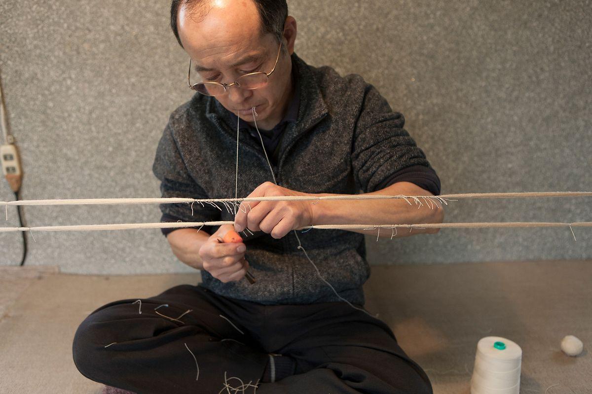 In einem weiteren Schritt werden die Fäden zu kleinen Schnurbündeln zusammengefasst.